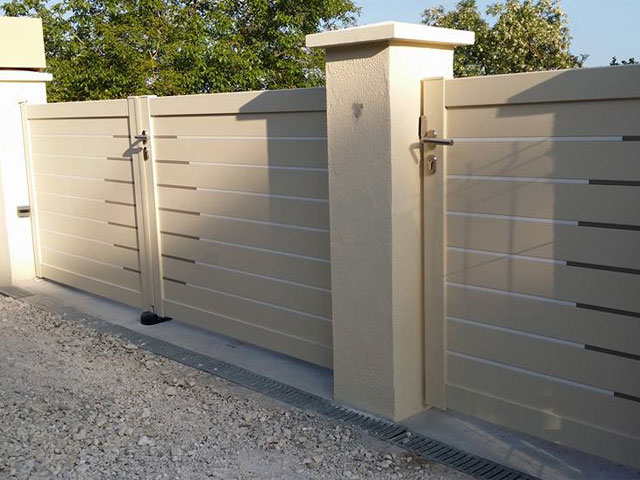 Installation d'un portail et d'un portillon beige