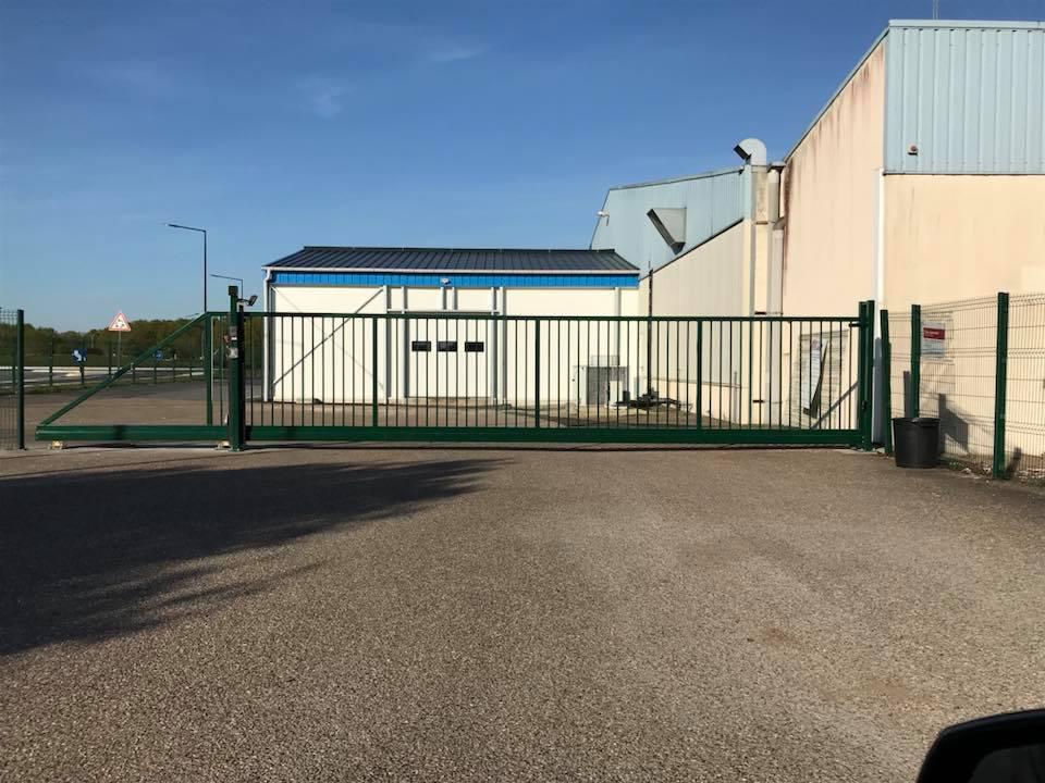 Pose d'un grand portail acier pour bâtiment industriel
