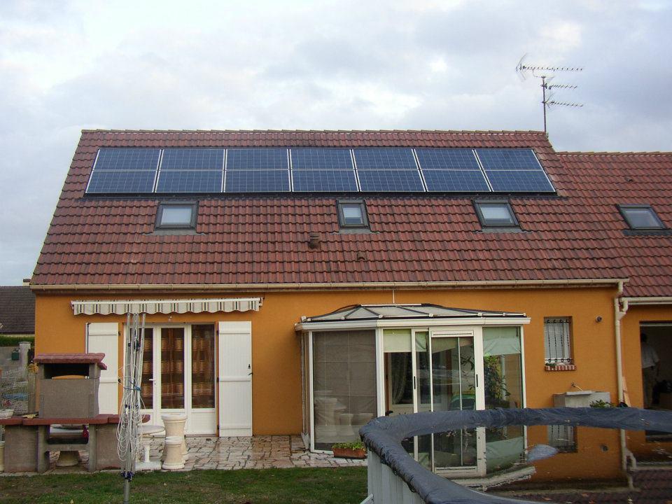 Fin-de-l'installation-de-panneaux-photovoltaïques-sur-une-maison-individuelle