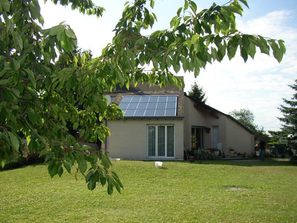 Panneaux-photovoltaïques-sur-une-partie-du-toit-d'une-maison-individuelle