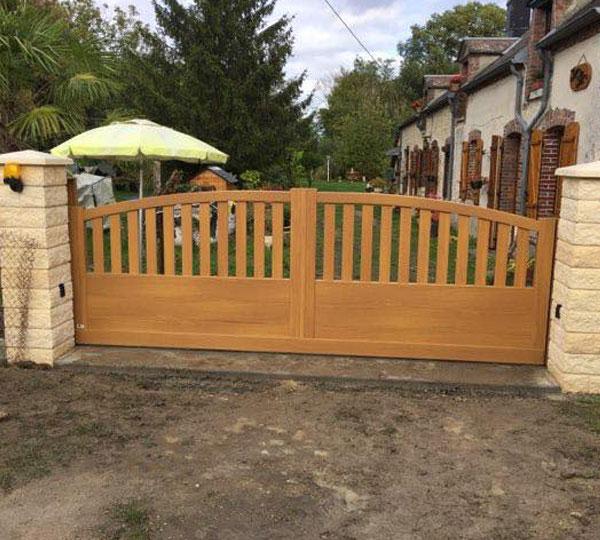 Pose d'un grand portail imitation bois