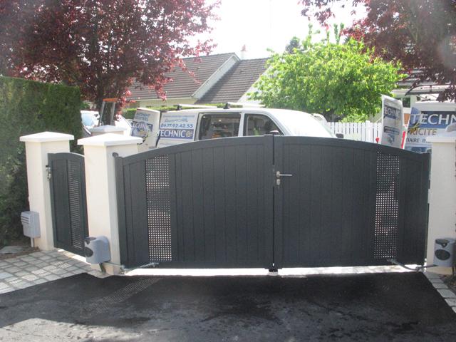 Pose du portail battant gris anthracite avec motorisation