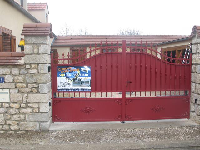 Pose d'un portail classique type ferronnerie rouge