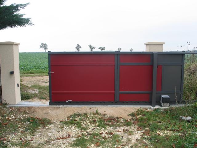 Pose portail coulissant rouge et gris maison individuelle