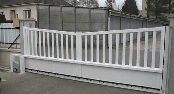 Installation portail coulissant blanc avec automatisme d'ouverture