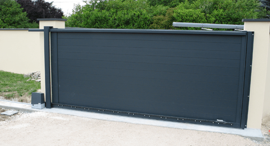 pose d'un portail coulissant gris anthracite avec système d'ouverture automatique